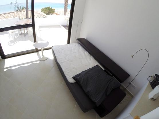 Wohnzimmer mit Ledersofa Gästebett Ferienappartement