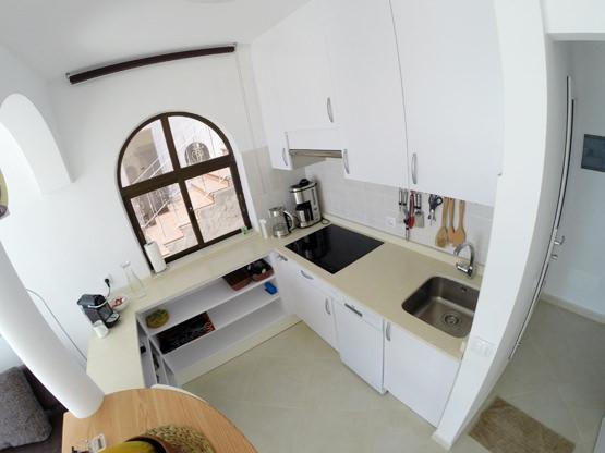 Moderne Küche Induktionsherd Geschirrspülmaschine Fuerte